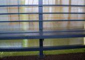 Аналог спинки для скамьи — ограничители из профильной трубы с квадратным сечением