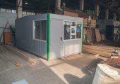 Отделка модульного павильона осуществляется вертикальными декоративными панелями серого цвета