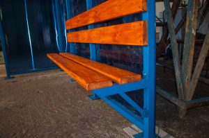 Скамья - деревянный настил с покрытием морилкой и лаком