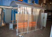 Задняя стенка и боковая обшиты прозрачным сотовым поликарбонатом