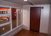 Внутренняя отделка: стены — панели МДФ, потолок — панели ПВХ, пол — линолеум.