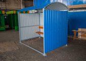 Отделка павильона для курения осуществлена профилированным листом окрашенным с внешней стороны в синий цвет
