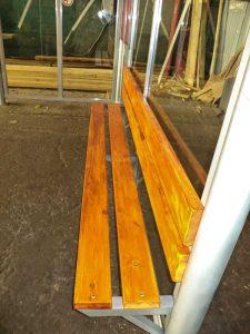 Скамья со спинкой - деревянный настил, покрытый морилкой и лаком