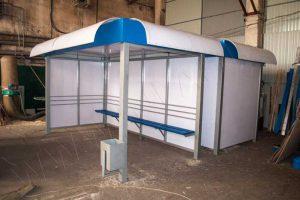 Внешний вид остановочного павильона ОМ-9 с отделкой сотовым поликарбонатом молочного цвета