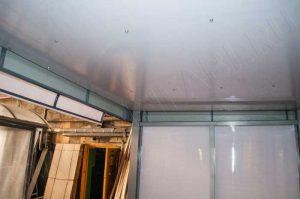 Потолок подшивается сотовым поликарбонатом