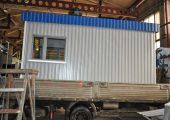 На крыше поста охраны декоративный козырек из профилированного листа синего цвета