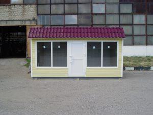 Большие витринные окна, дверь ПВХ по центру фасадной части павильона
