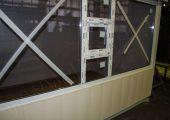 Большое окно на фасаде с форточкой