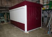 Внешний вид киоска длиной 5 метров и отделкой панелями винно-вишневого цвета