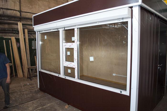 Окно изготовлено с форточкой по всей длине фасада.