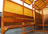 Скамья со спинкой — деревянный настил с покрытием морилкой