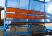 Скамья в павильоне для курения КМ-9 — деревянный настил с покрытием морилкой