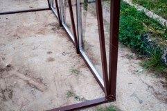 В основании навеса бетонируемая металлическая профильная труба
