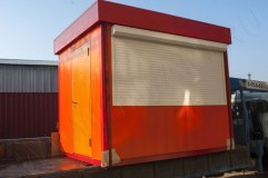 Киоск обшит снаружи декоративными панелями оранжевого цвета