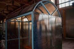 Крыша обшита серым сотовым поликарбонатом в тон стенам