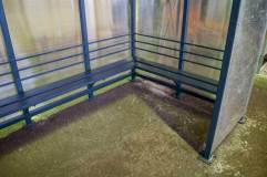 Скамья располагается по трем сторонам курилки