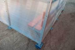 В основании павильона для курения КМ-1Б закладные детали - подпятники с отверстиями под анкерные болты