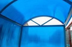 Крыша - сотовый поликарбонат синего цвета в тон стенам
