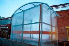 Крыша арочного типа также обшита прозрачным сотовым поликарбонатом