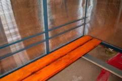 Скамья -деревянный настил с пропиткой морилкой и покрытием лаком
