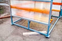По основанию курилки располагается профильная труба 50 на 25 см, также дополнительно приварены подпятники для анкерных болтов
