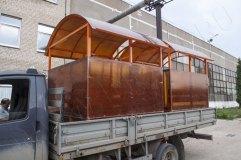 Внешний вид павильона для курения с отделкой оранжевым сотовым поликарбонатом