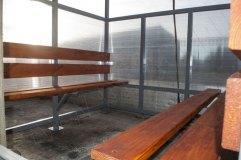 Скамьи павильона для курения в данной модификации располагаются по двум боковым стенкам