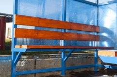 Скамья в павильоне для курения КМ-9 - деревянный настил с покрытием морилкой