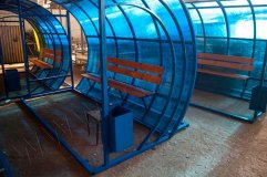 Вид сбоку остановочного павильона ОМ-11