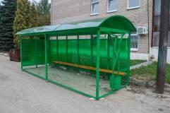 Остановочный павильон ОМ-12 обшивается сотовым поликарбонатом зеленого цвета