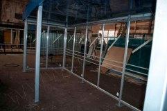 По всей длине автобусной остановки установлены металлические ограничители