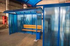 Сотовым поликарбонатом отделываются боковая и задняя стенка остановочного павильона