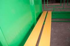Скамья - деревянный настил, выкрашенная в желтый цвет
