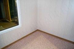 Внутренняя отделка стен -панели МДФ, на полу линолеум