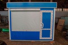 Дверь справа из ПВХ с декоративными металлическими вставками