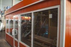 Окна больших размеров делают помещение торгового павильона очень светлым