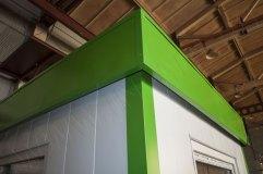 Декоративный козырек зеленого  цвета монтируется по периметру строения