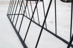 За счет малой толщины прутьев велопарковка имеет небольшой вес