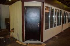 Металлические двери только в боковых модулях, в модуле в центре дверь ПВХ