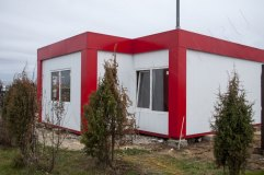 Модульный павильон выровнен по горизонту и установлен на бетонные блоки