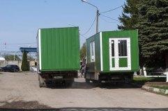 Подготовленные к транспортировке на кран-манипуляторах модули павильона