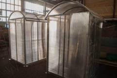 Облицовочный поликарбонат полностью закрывает стенки навеса
