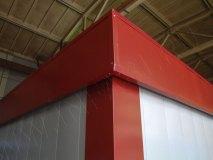 Углы и козырек выполнены из гладкого листа красного цвета
