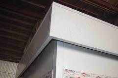 На крыше поста декоративный козырек
