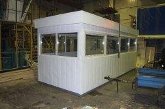 Отделка поста охраны металлическими панелями, по периметру крыши декоративный козырек