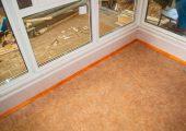 Элемент внутренней отделки киоска. Стены — панели МДФ, на полу линолеум
