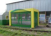 Большие витринные окна в раме зеленого цвета с форточкой
