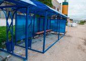 В основании остановочного павильона металлическая профильная труба, которая бетонируется при монтаже остановки