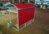 Крыша остановочного павильона обшивается профилированным листом с полимерным покрытием
