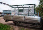 Остановочный павильон оборачивается пленкой, защищающей изделия во время транспортировки